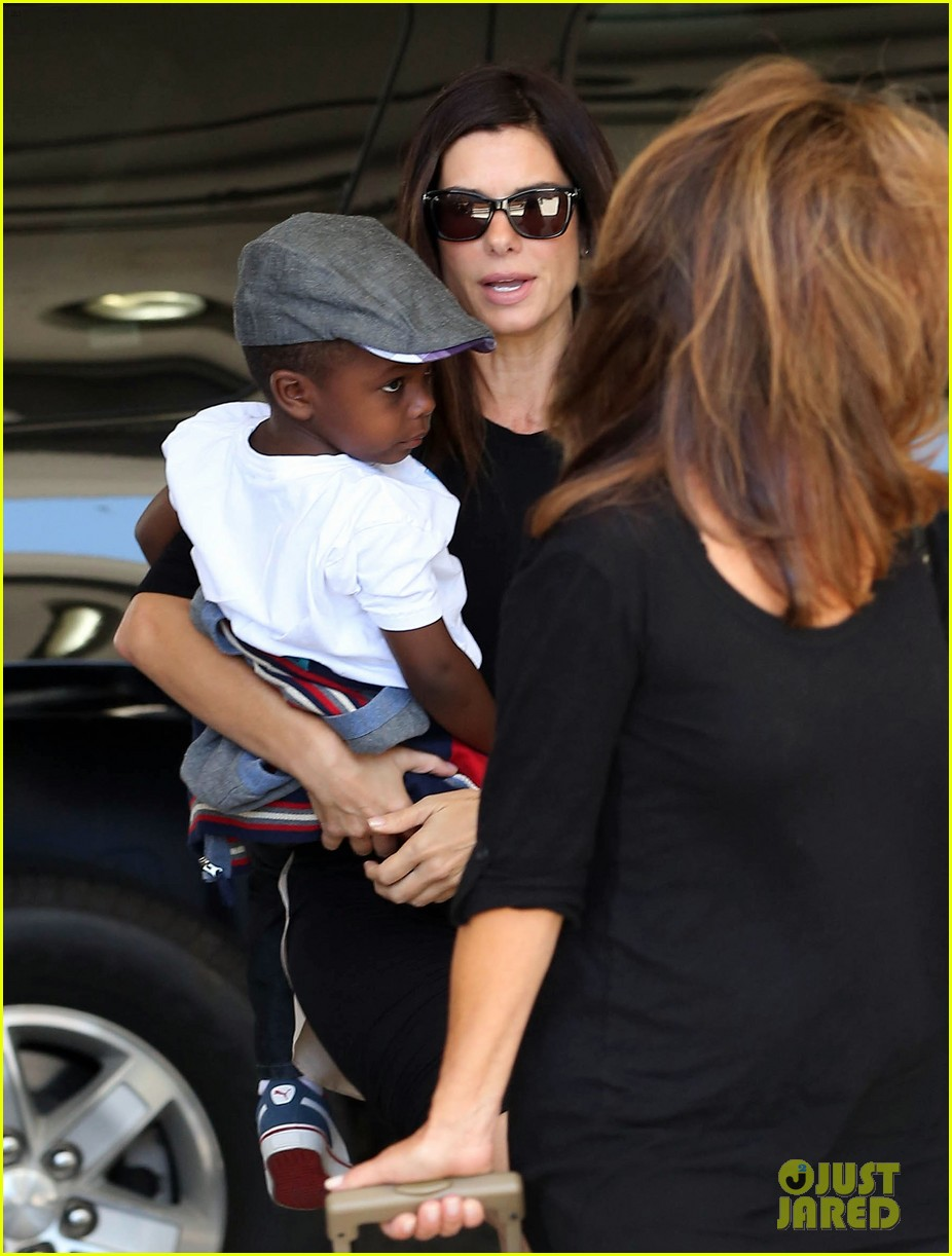 sandra bullock catches a flight with louis 04