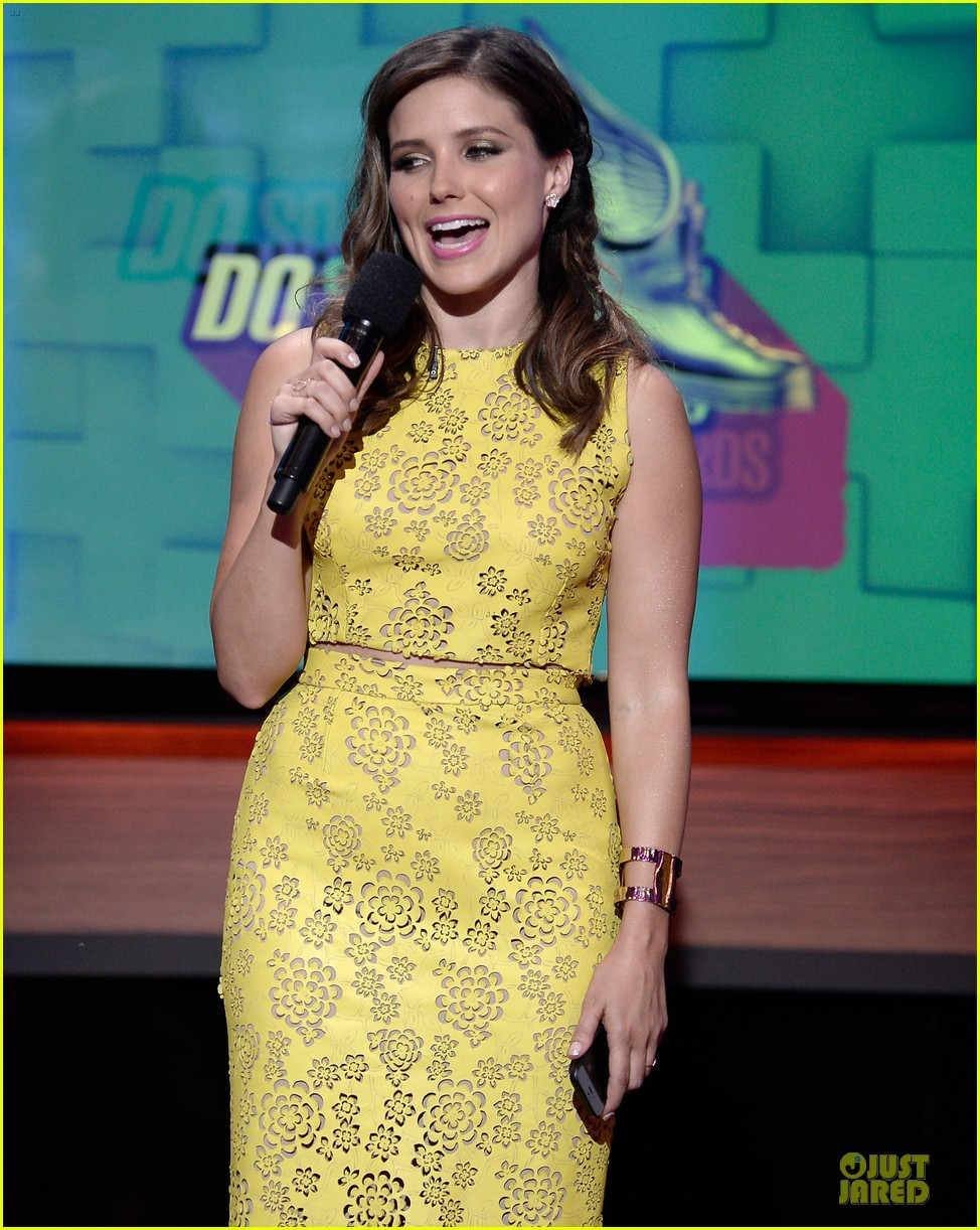 sophia bush host do something awards in different dresses 06