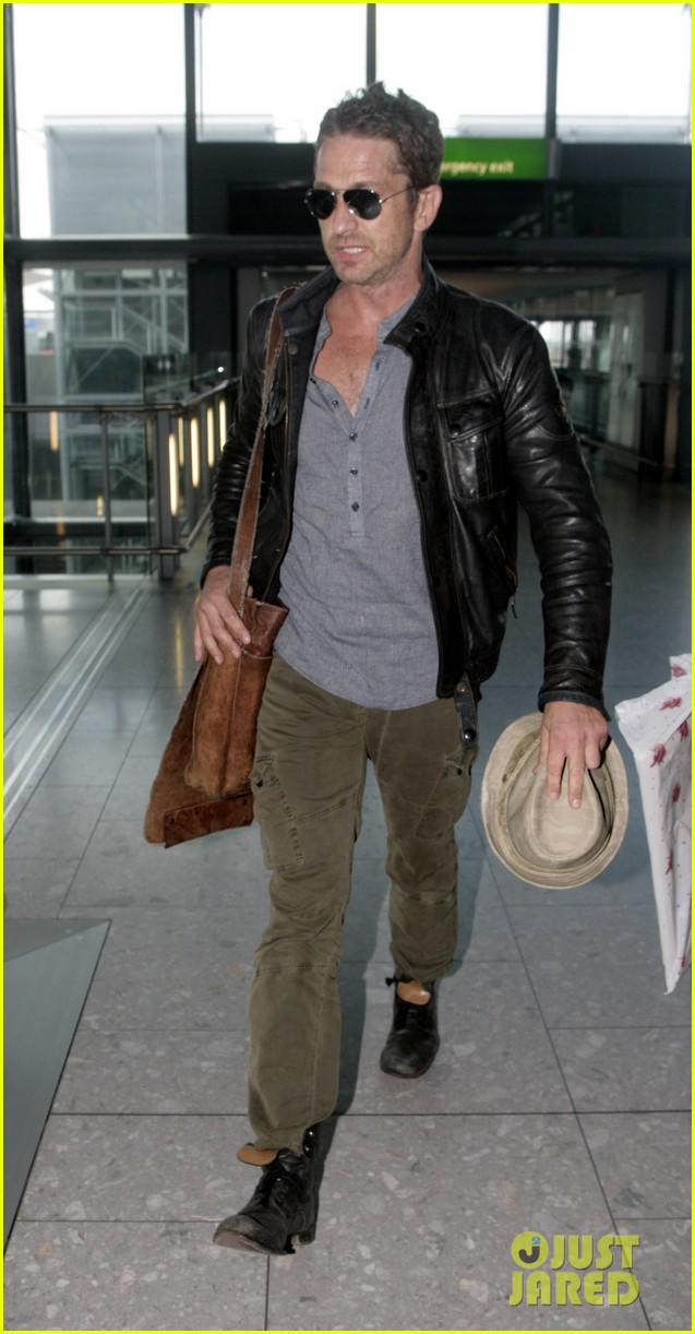 gerard butler flies the skies out of heathrow 04