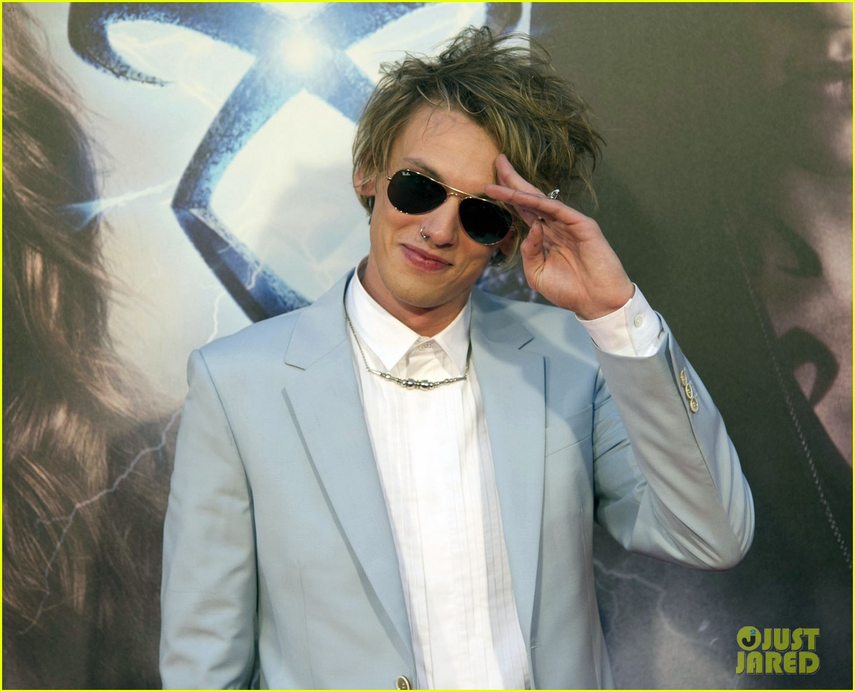 lily collins jamie campbell bower mortal instruments madrid premiere 022935591