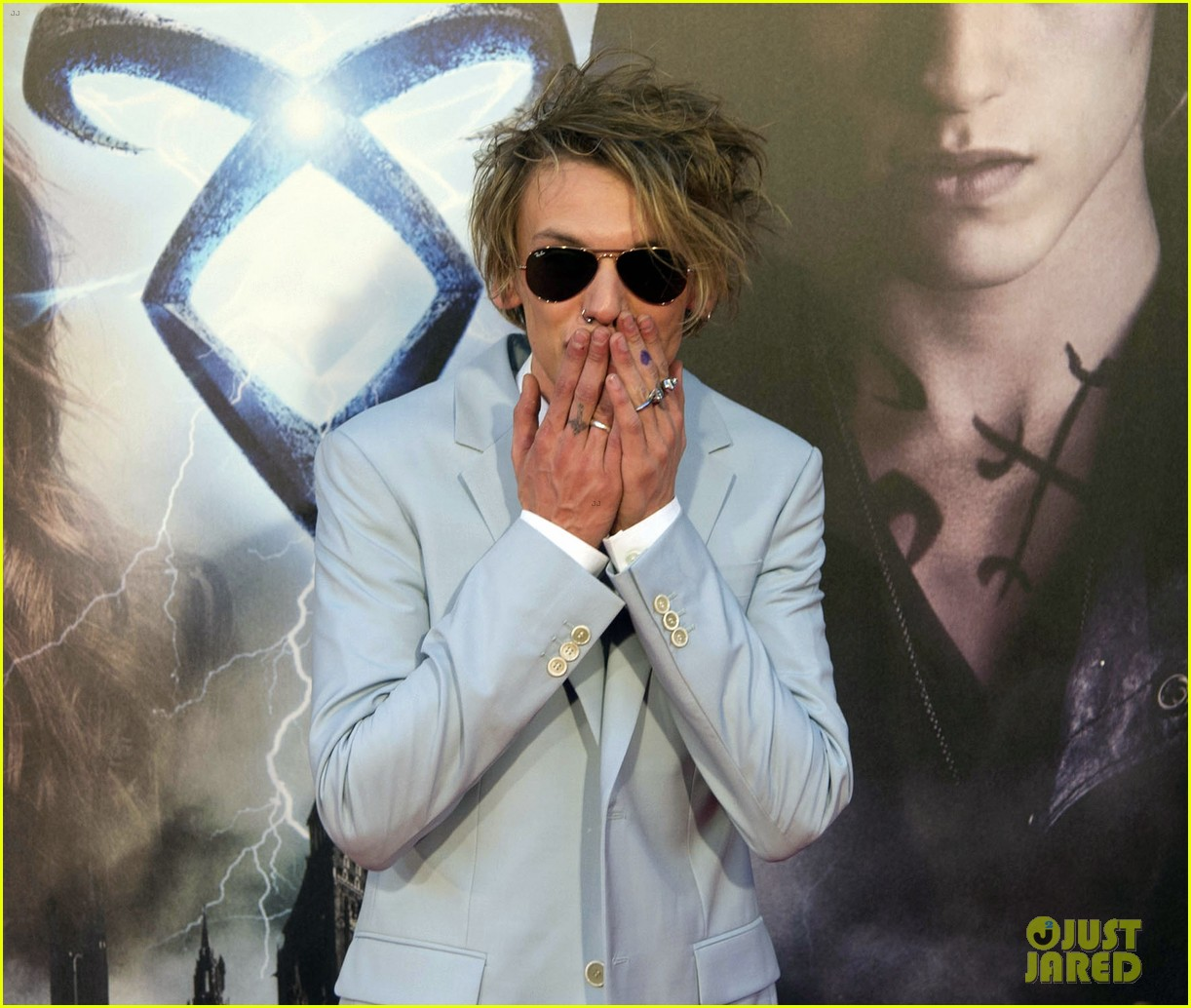 lily collins jamie campbell bower mortal instruments madrid premiere 20