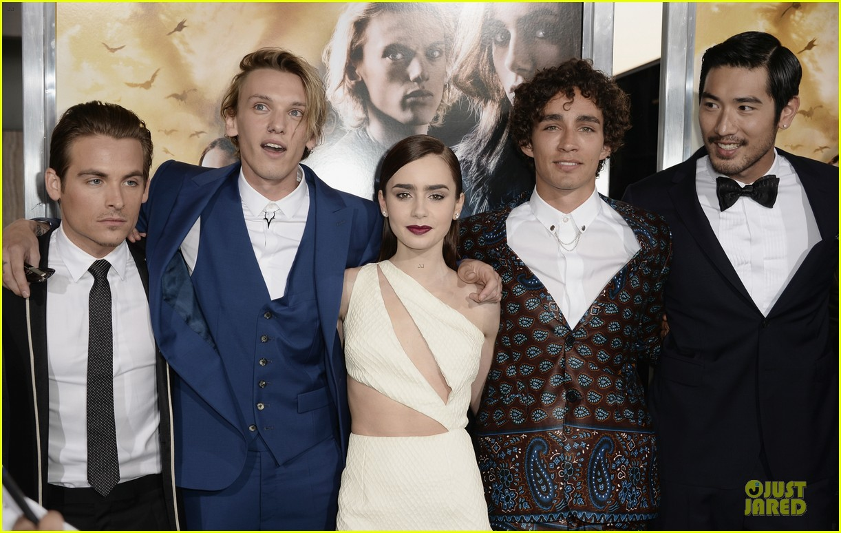 lily collins jamie campbell bower city of bones premiere 04