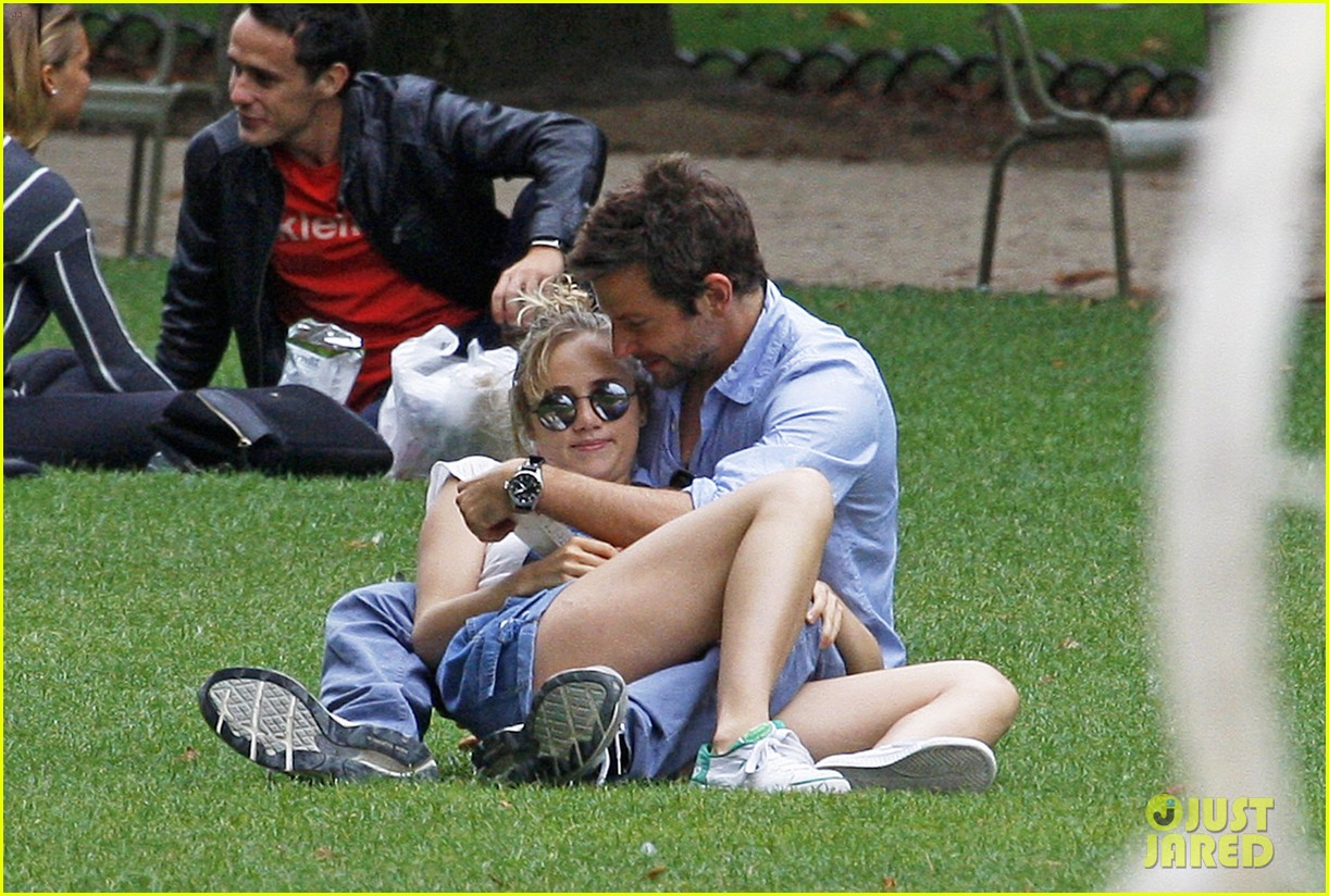 bradley cooper suki waterhouse snuggle in paris park 012938305