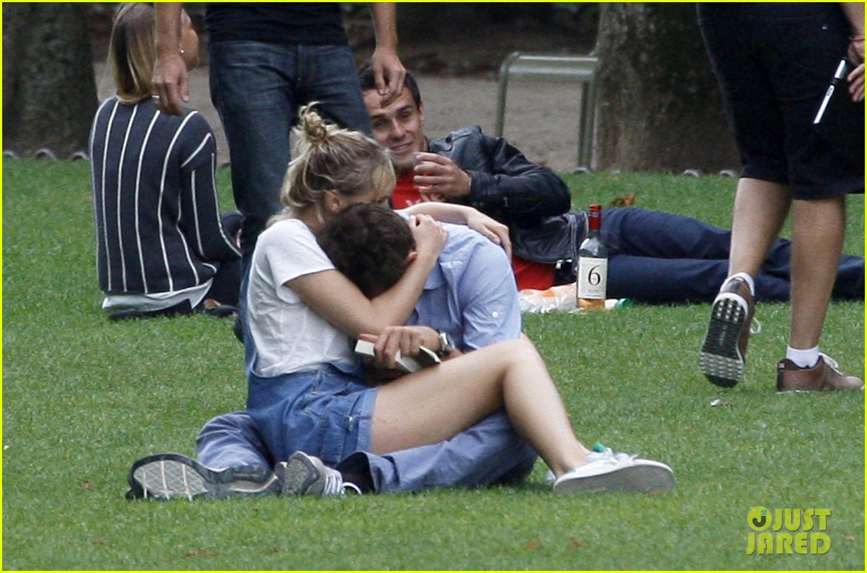 bradley cooper suki waterhouse snuggle in paris park 052938309