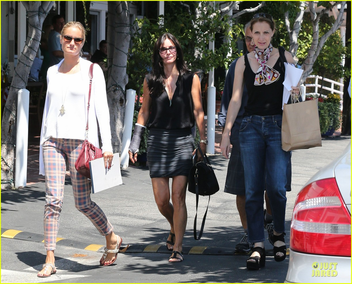 courteney cox grey cast for injured wrist 092931916