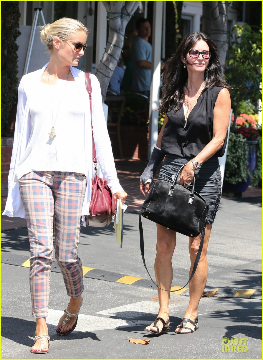 courteney cox grey cast for injured wrist 13