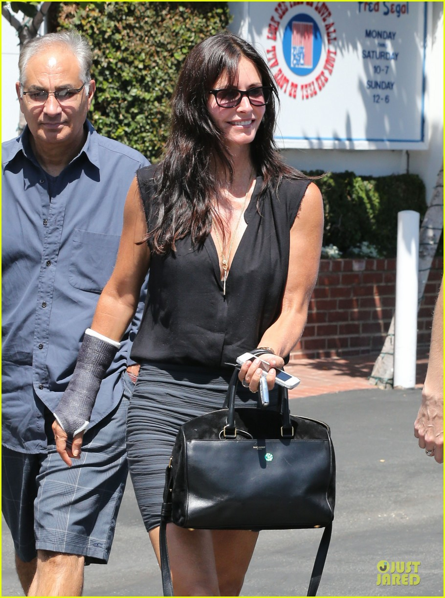 courteney cox grey cast for injured wrist 19