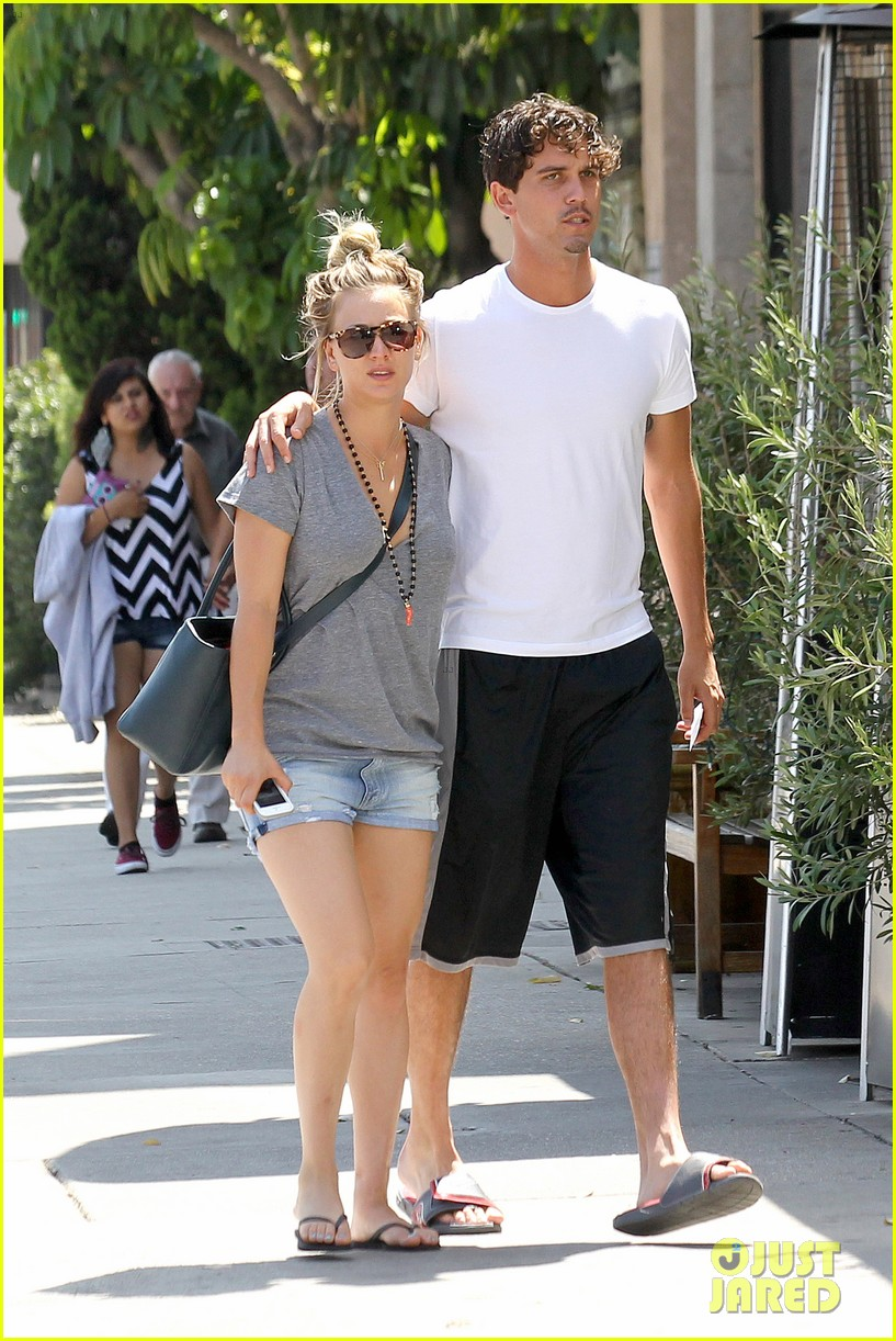 kaley cuoco walks arm in arm with ryan sweeting 012923992