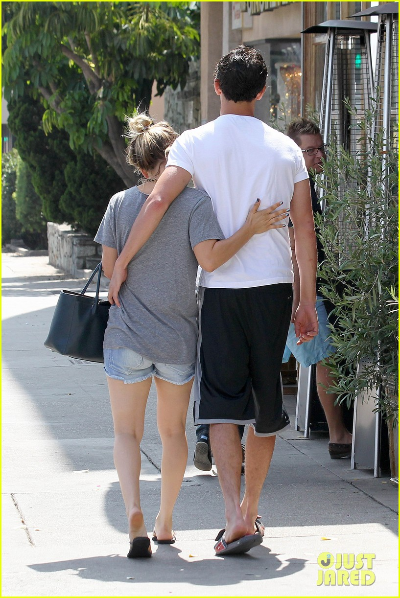 kaley cuoco walks arm in arm with ryan sweeting 03