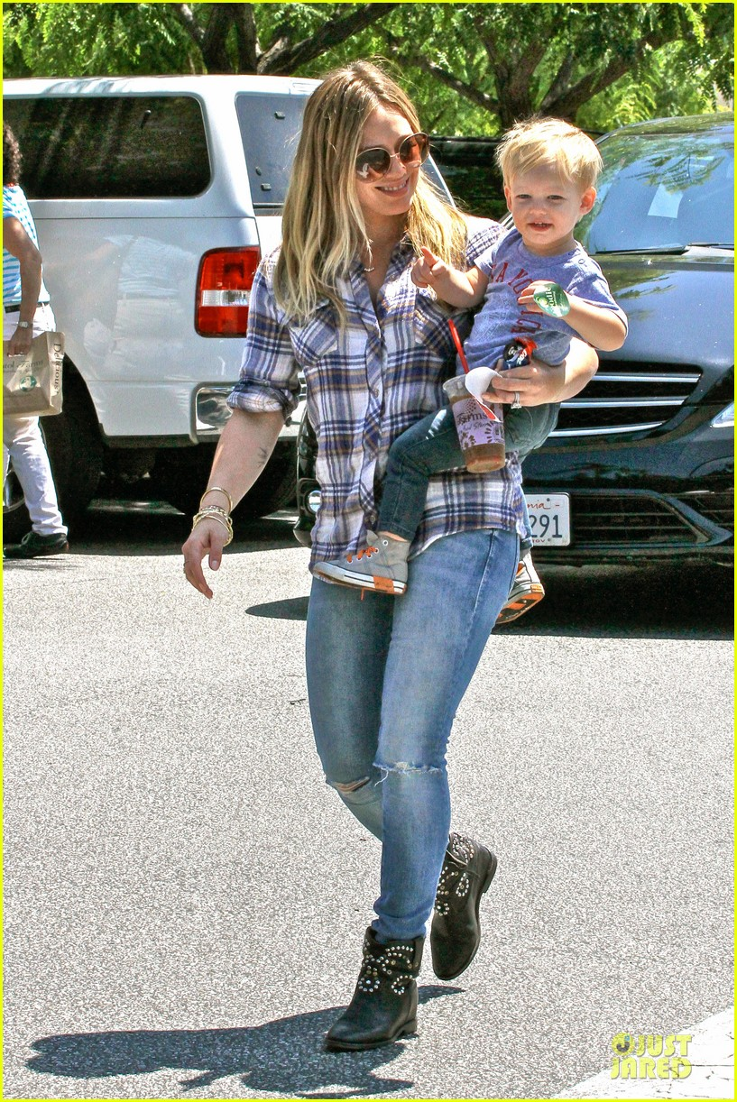 hilary duff mike comrie start weekend with groceries 062927377