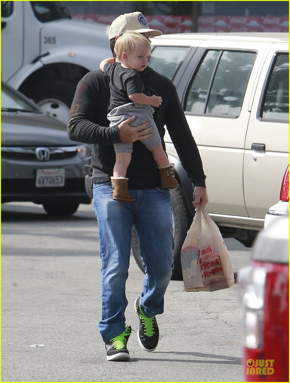 hilary duff mike comrie start weekend with groceries 202927391