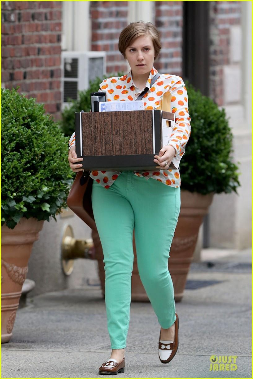 lena dunham box carrying gal on girls set 11