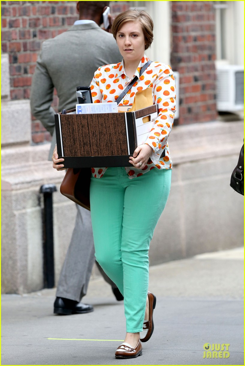 lena dunham box carrying gal on girls set 14