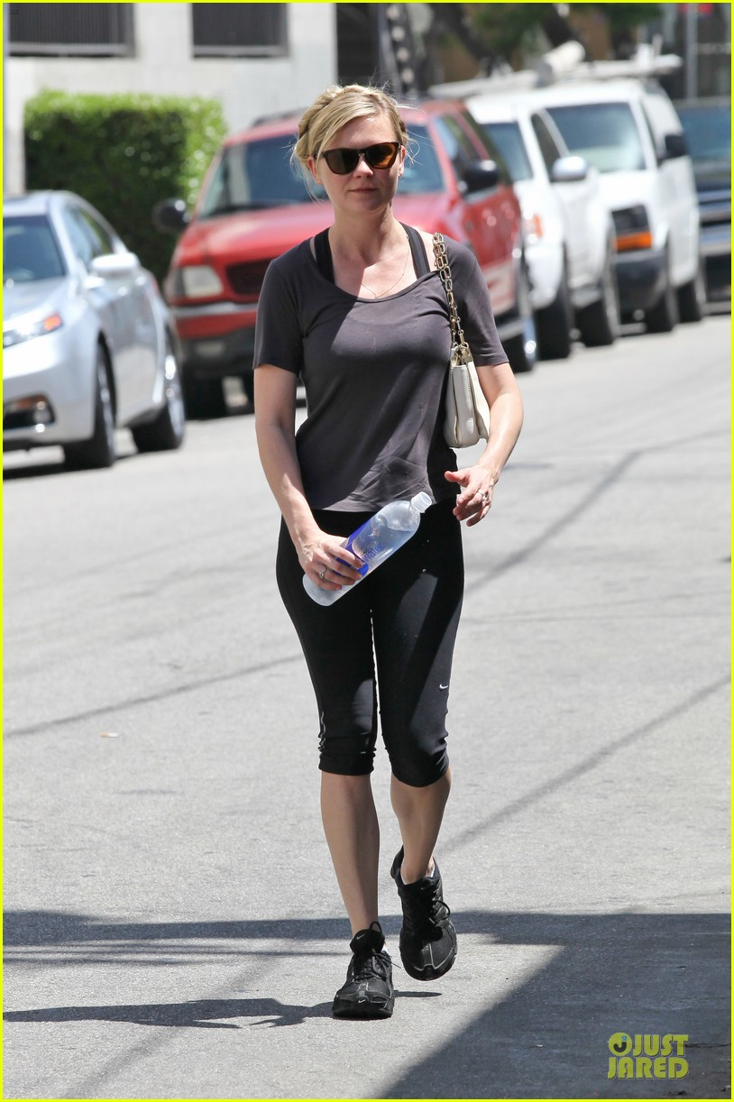 kirsten dunst continues water workout routine 14