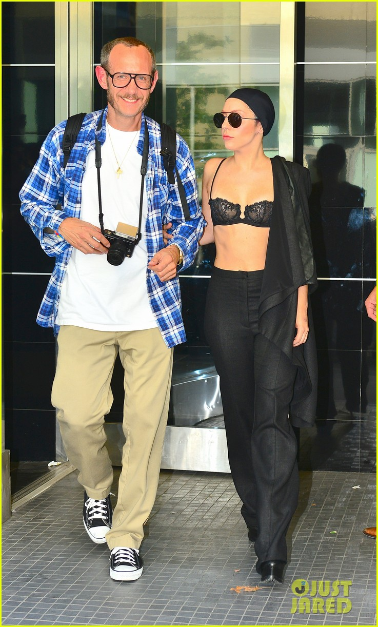 lady gaga wears bra at rehearsal with terry richardson 07