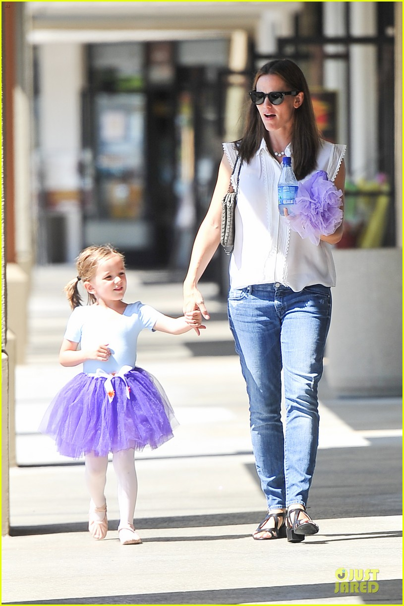 jennifer garner seraphina ballet pickup after lunch with violet 03