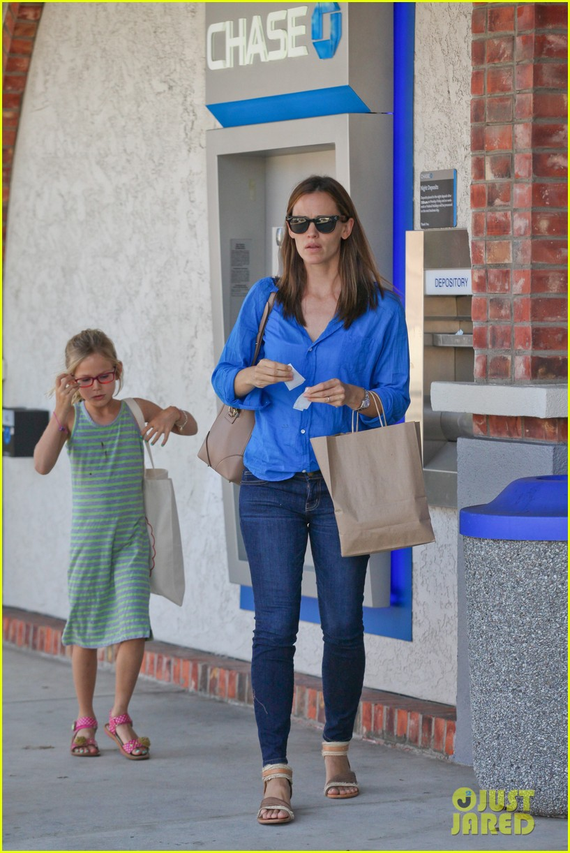 jennifer garner runs errands with violet seraphina 16
