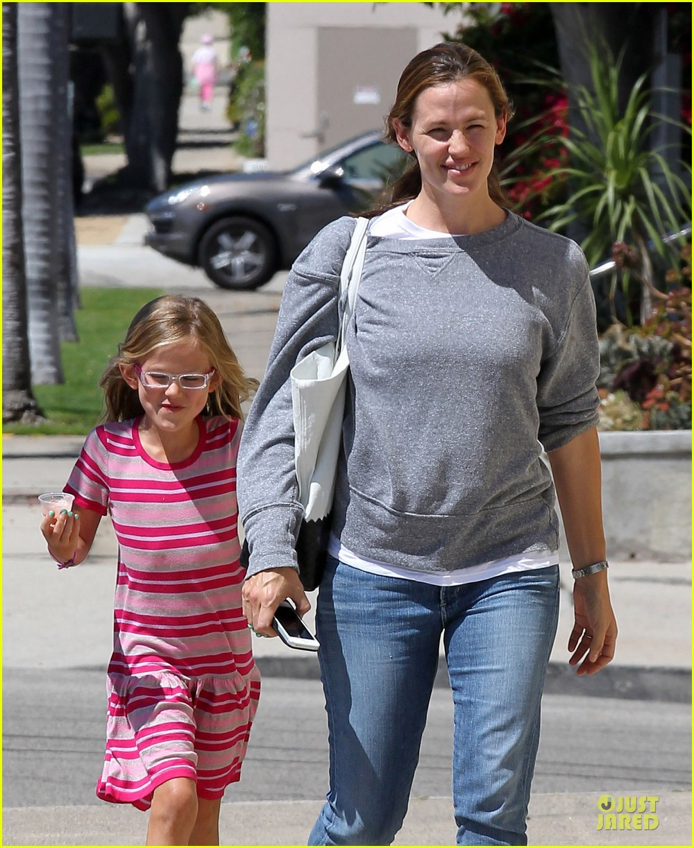 jennifer garner violet start week with errands 02