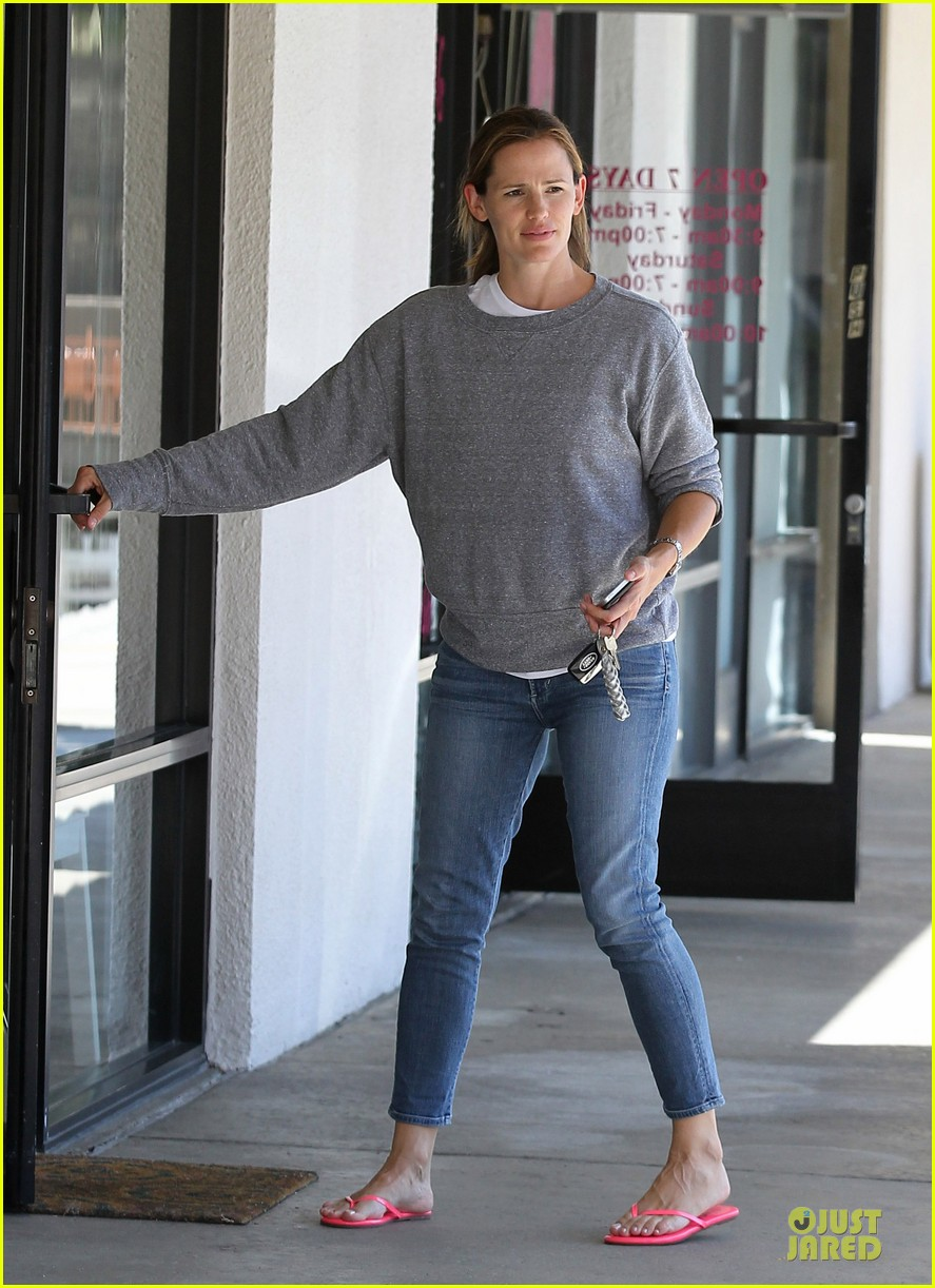 jennifer garner violet start week with errands 16