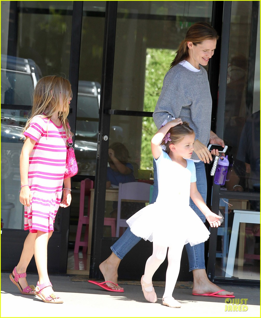 jennifer garner violet start week with errands 20