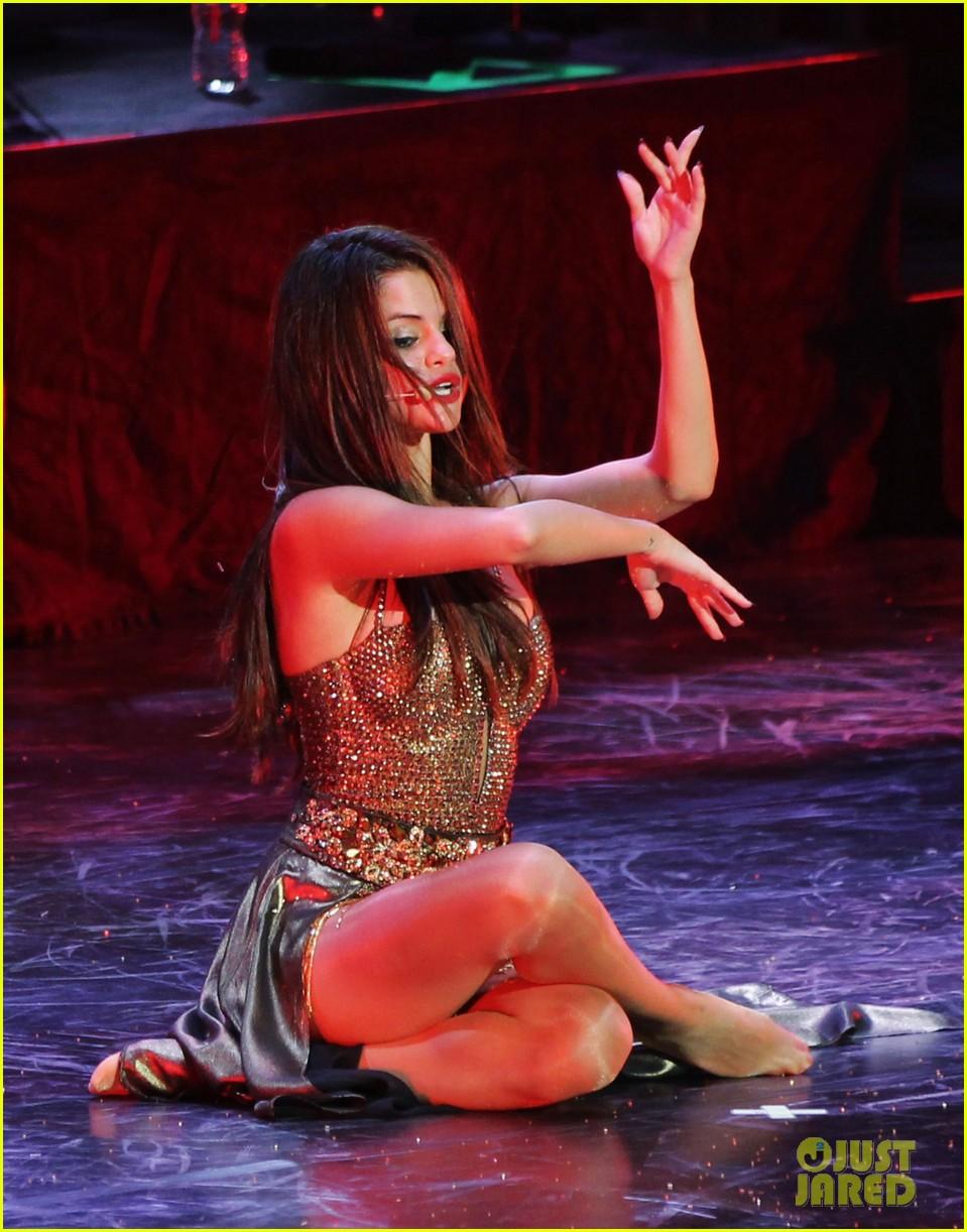 selena gomez stars dance opening night tour pics 022930697