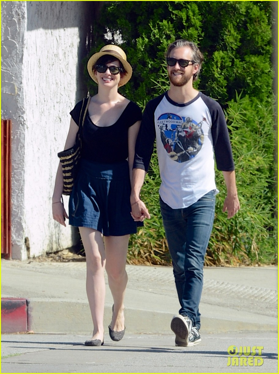 anne hathaway adam shulman hold hands for market trip 01