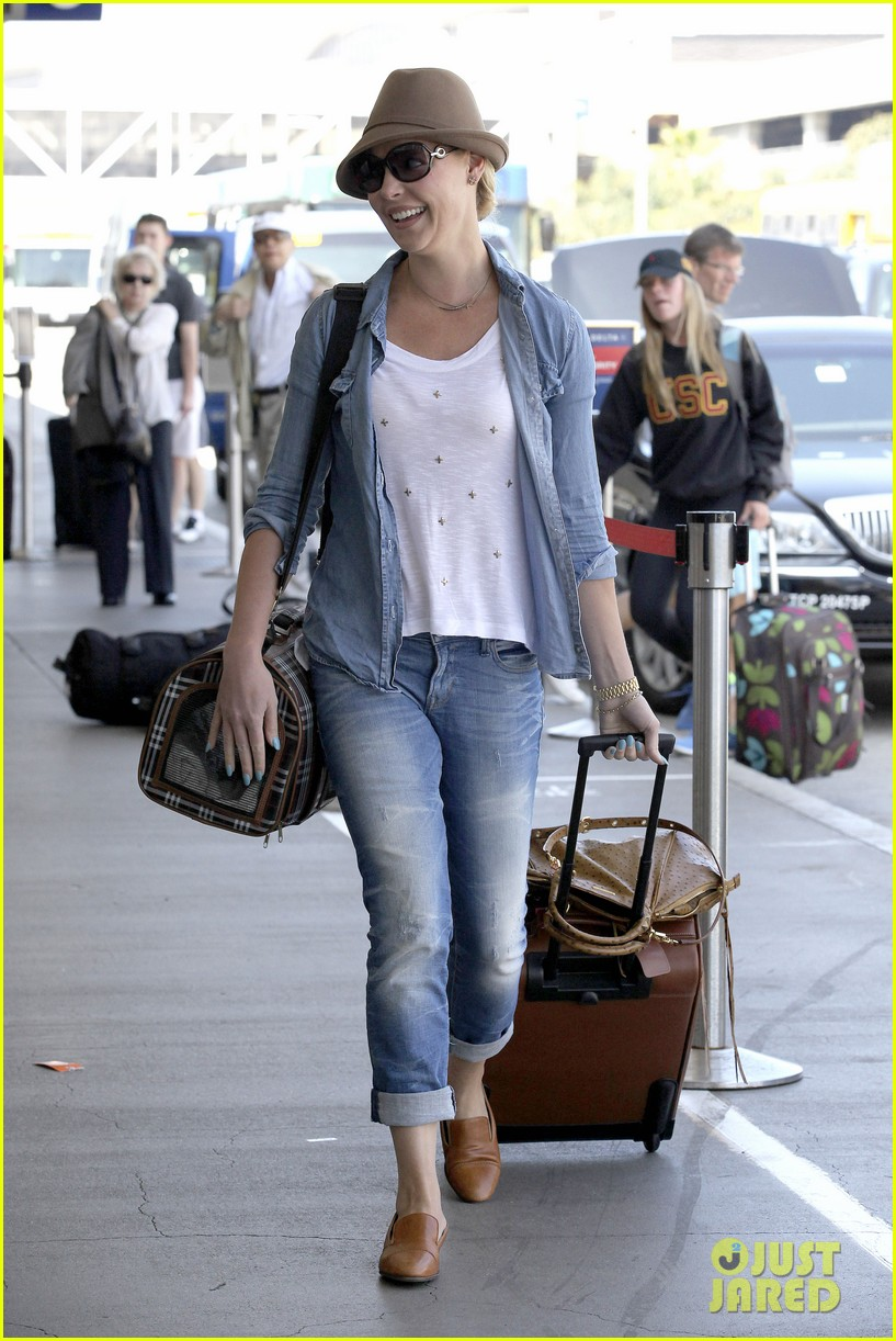 katherine heigl wheels her luggage at lax 132925999
