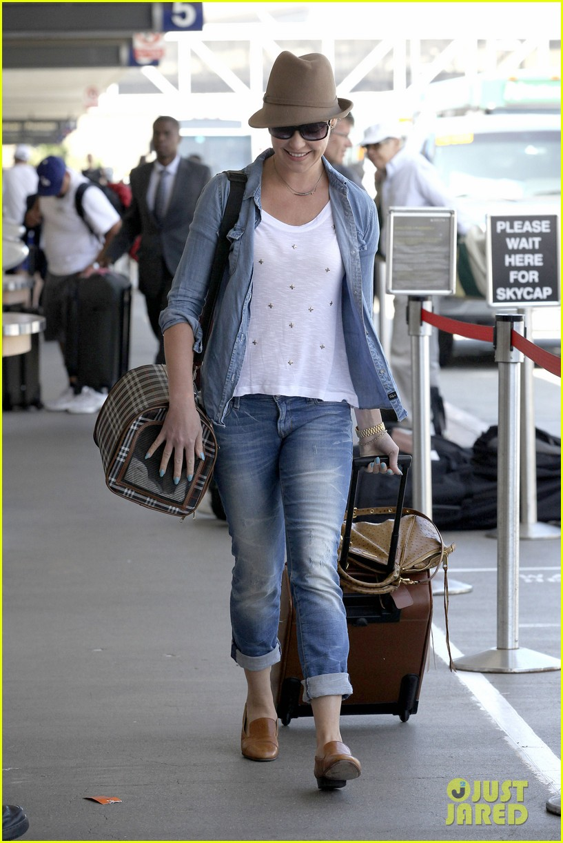 katherine heigl wheels her luggage at lax 17