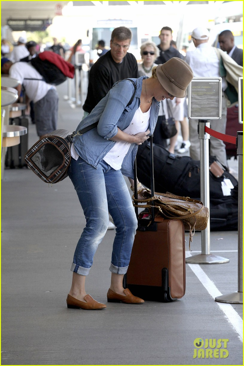 katherine heigl wheels her luggage at lax 19