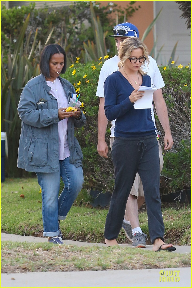 kate hudson wears two outfits on wish i was here set 21