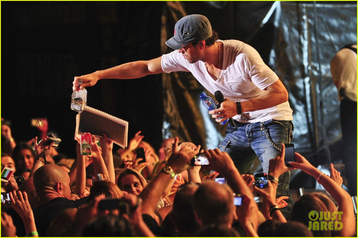 enrique iglesias turn the night up video premiere watch now 072933187