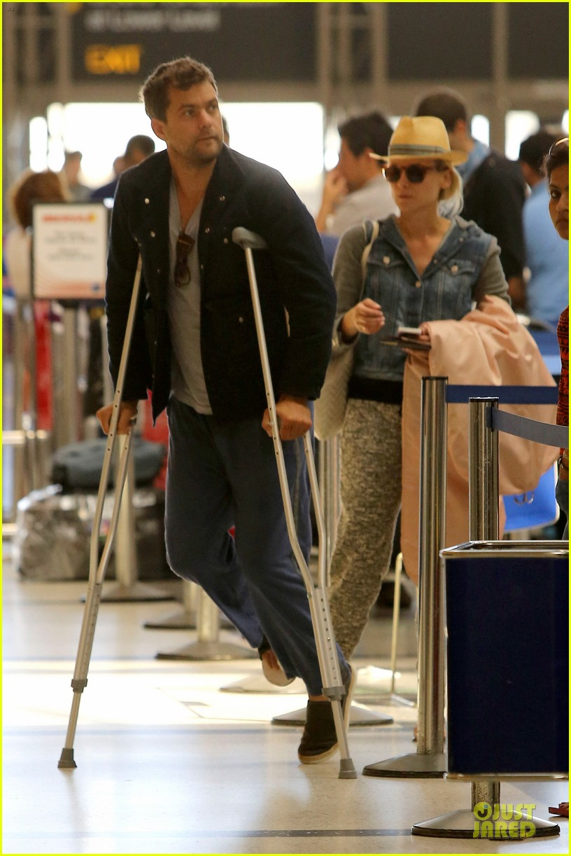 joshua jackson cruches to lax airport with diane kruger 05