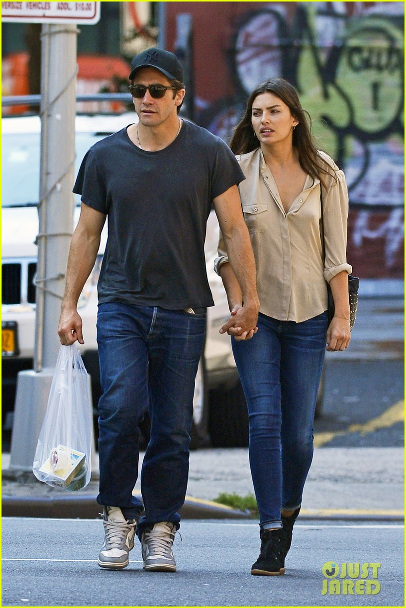 jake gyllenhaal alyssa miller hold hands in tribeca 01