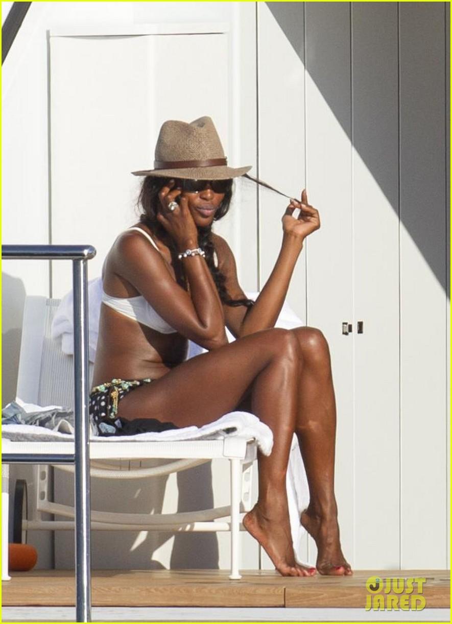 stacy keibler naomi campbell bikini babes in ibiza 09