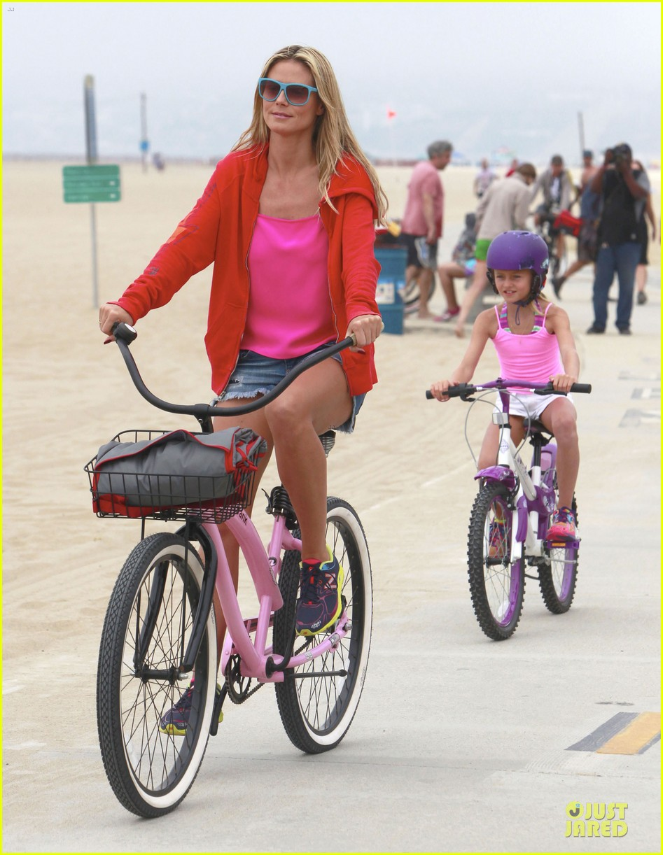 heidi klum martin kirsten beach bike ride with kids 01