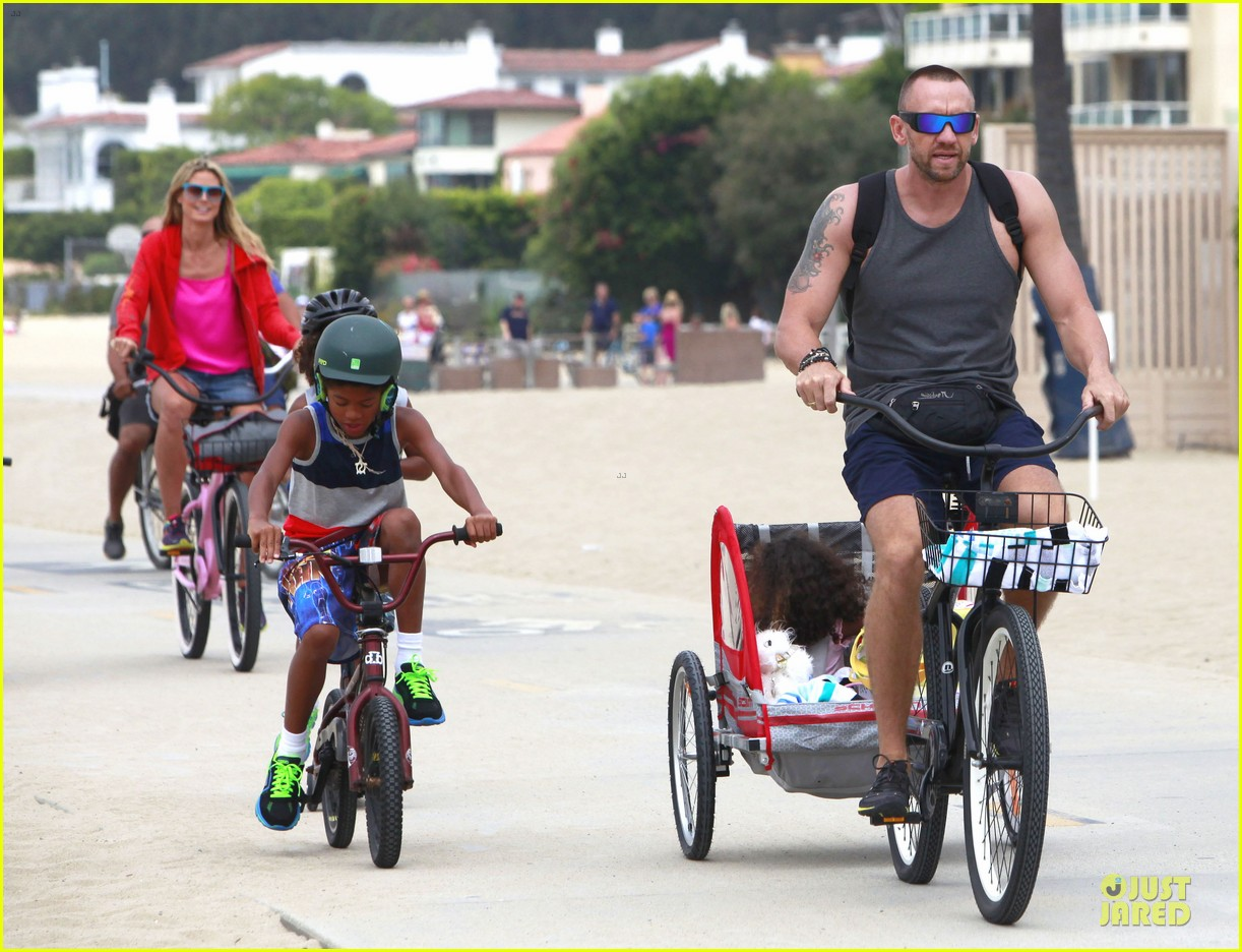 heidi klum martin kirsten beach bike ride with kids 17