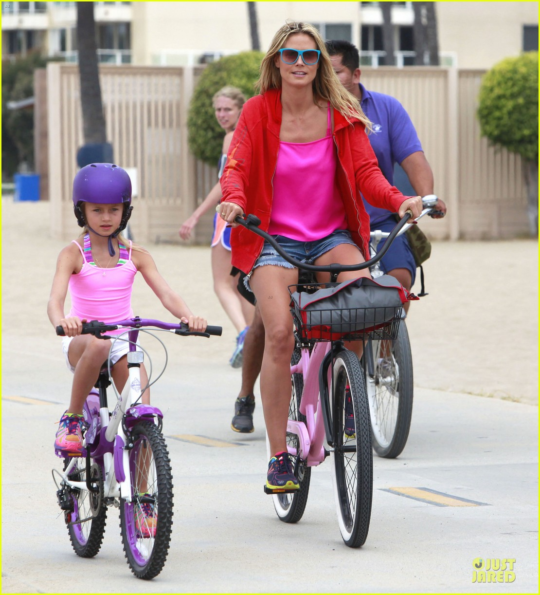 heidi klum martin kirsten beach bike ride with kids 18