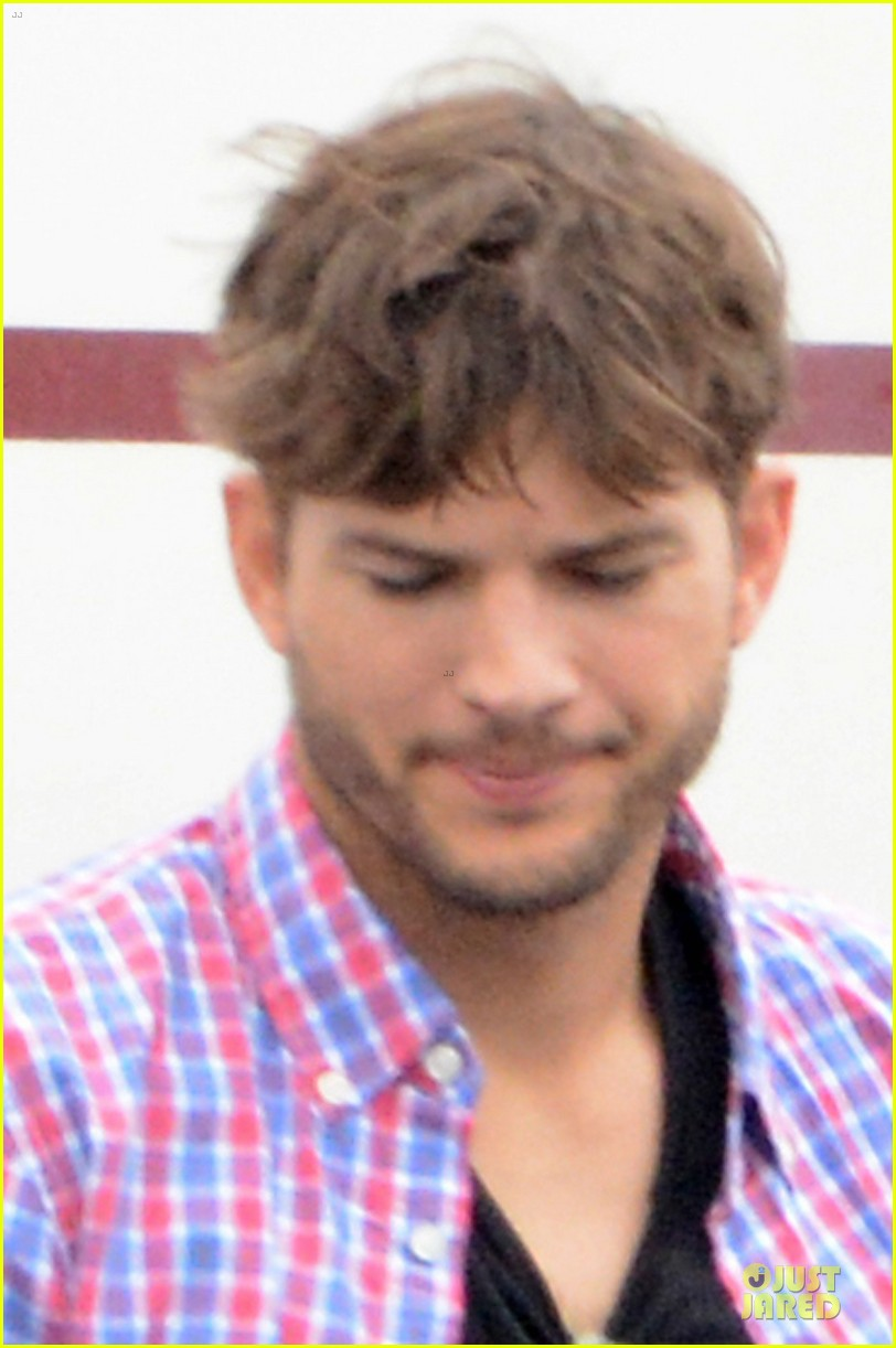 ashton kutcher visits mila kunis on jupiter rising set 05