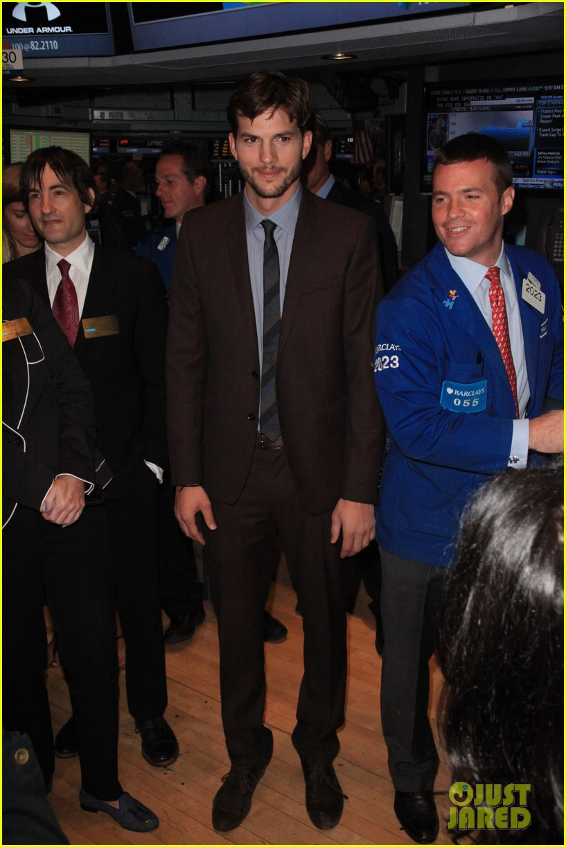 ashton kutcher rings new york stock exchange bell 05