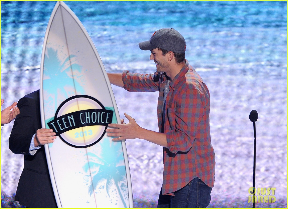 ashton kutcher wins old guy award at teen choice awards 03