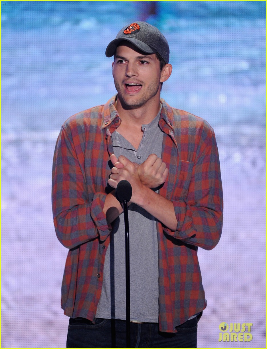 ashton kutcher wins old guy award at teen choice awards 102928264