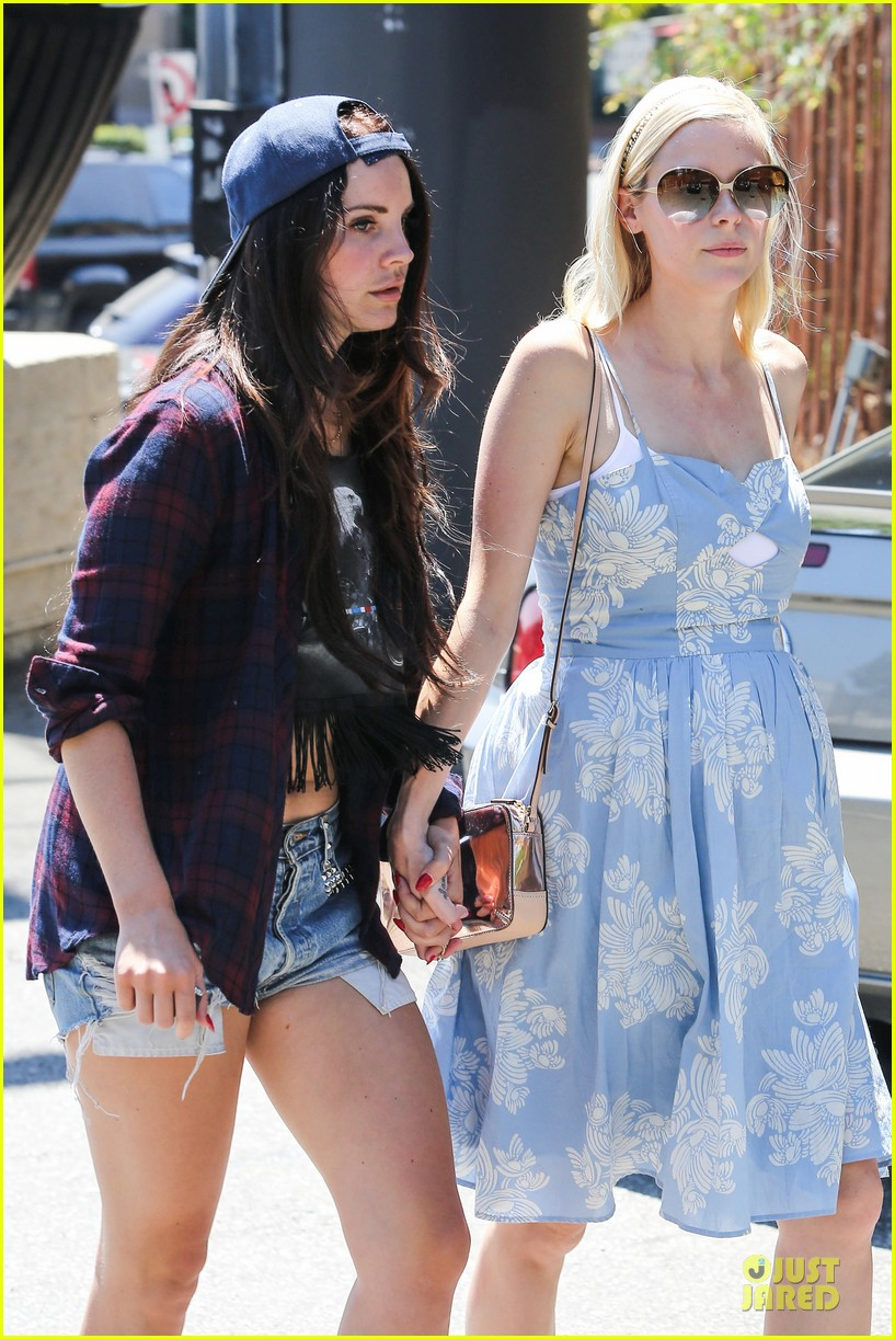 lana del rey jaimie king hold hands at coffee bean 02