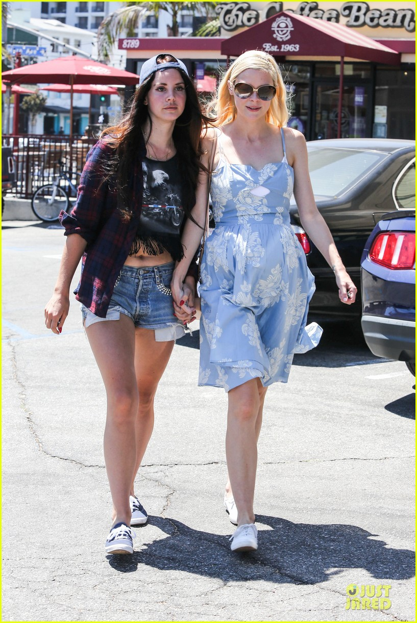 lana del rey jaimie king hold hands at coffee bean 18