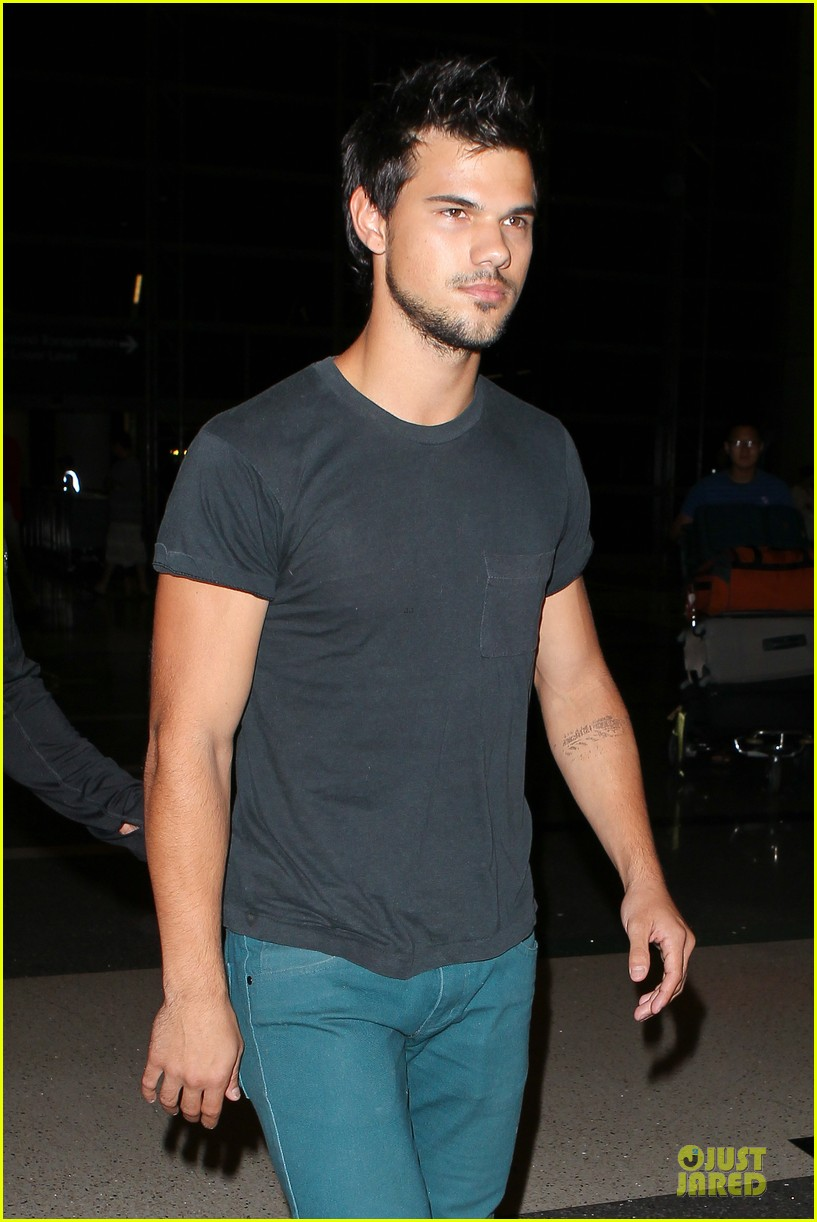 taylor lautner flies without marie avgeropoulos 04