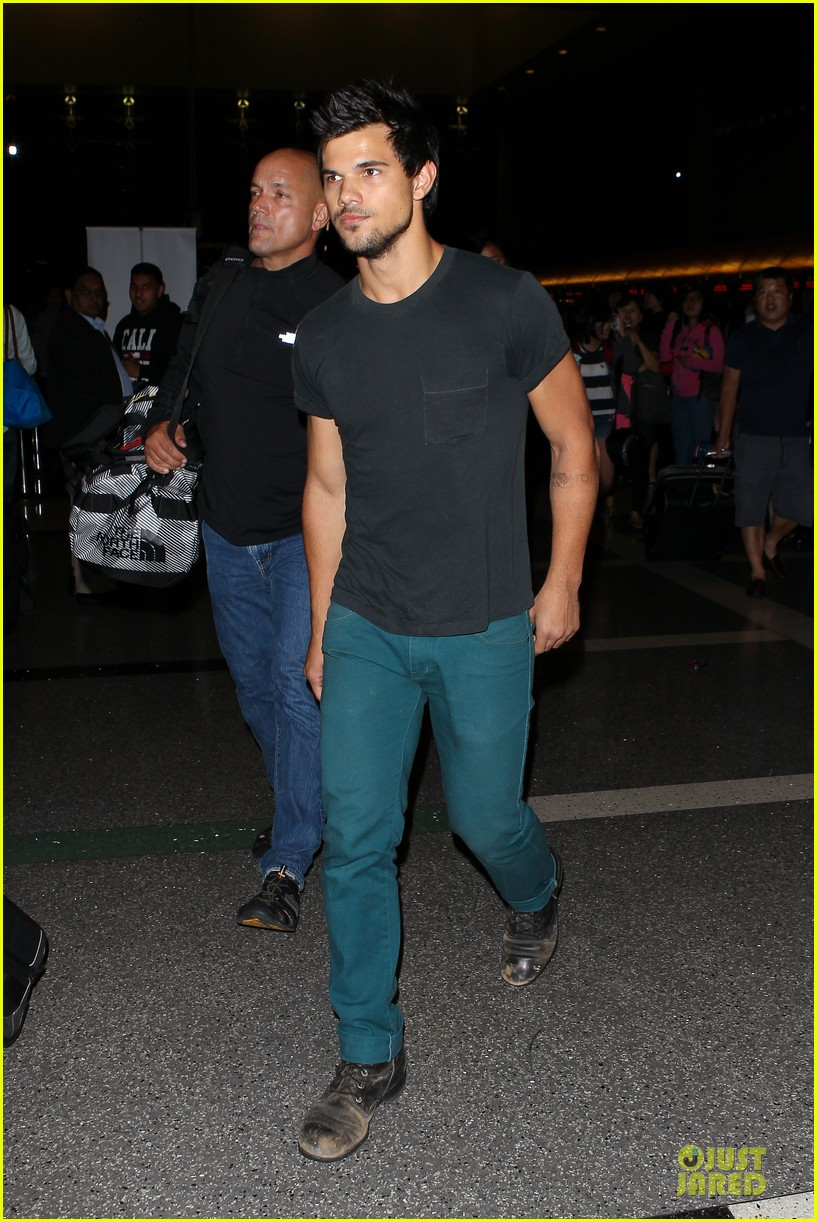 taylor lautner flies without marie avgeropoulos 172930500