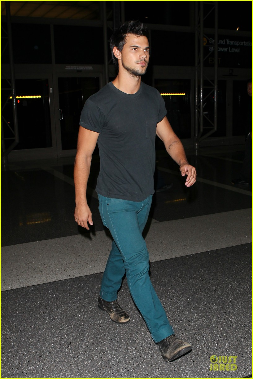 taylor lautner flies without marie avgeropoulos 20