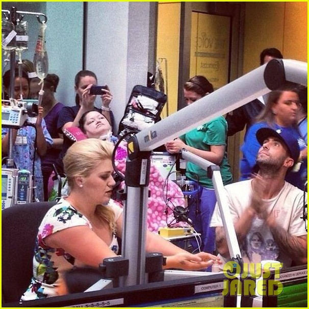 adam levine kelly clarkson visit childrens hospital 01