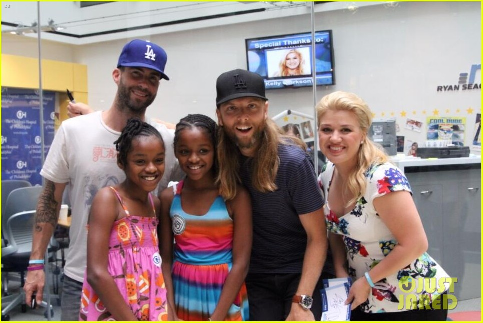 adam levine kelly clarkson visit childrens hospital 032925775