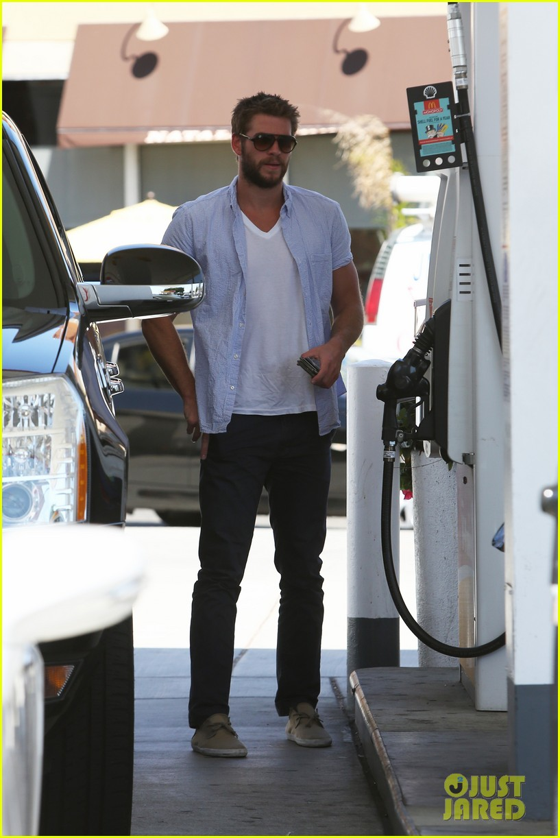 liam hemsworth fills up his hybrid suv 022936082