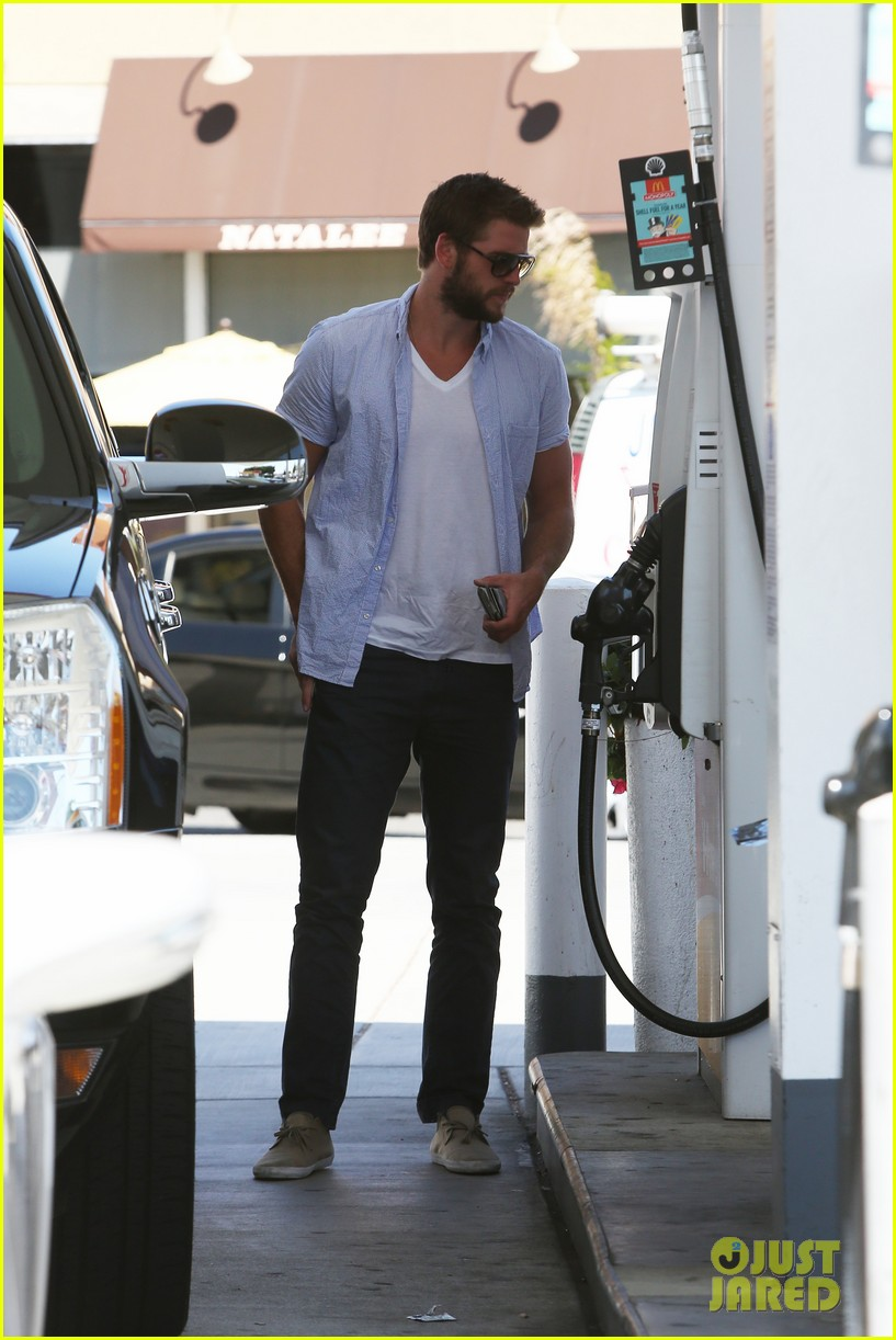 liam hemsworth fills up his hybrid suv 04